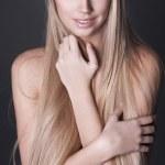 portrait of beautiful young woman with lange gerade blondes haar — Stockfoto