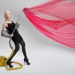 jovem mulher usando o aspirador de pó. isolado — Foto Stock