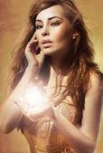 Seksowna młoda pani Wyświetlono błyszczący obiekt — Zdjęcie stockowe