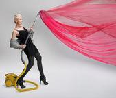 Elektrik süpürgesi kullanan genç kadın. izole. — Stok fotoğraf