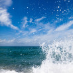 The waves breaking on a stony beach — Stock Photo