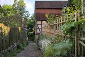 窄巷与花园的栅栏 — 图库照片