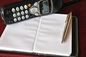 ペンと電話とノートブック — ストック写真