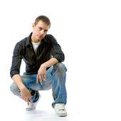 Der junge mann posiert im studio — Stockfoto