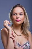 美丽的年轻女子,有的珠子 — 图库照片