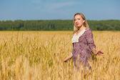 Buğday alanında güzellik kız — Stok fotoğraf