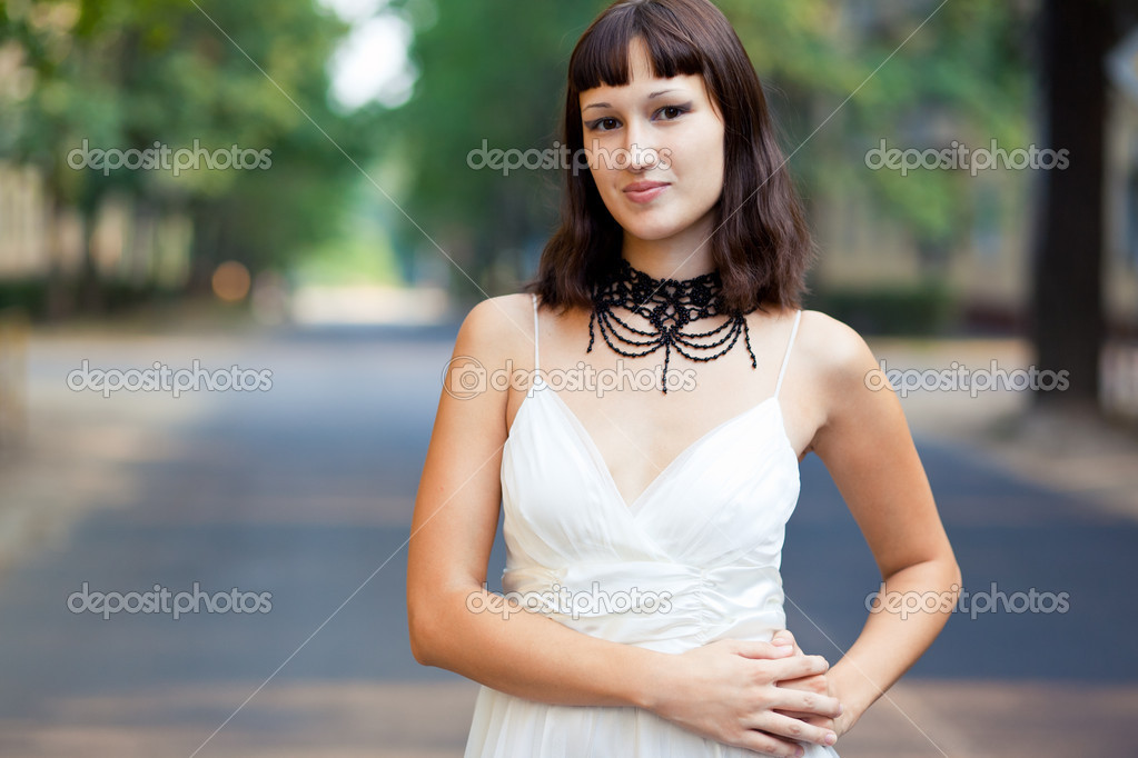 Portrait of naturally beautiful woman in her twenties, shot outside in natural sunlight — Stock Photo #3732404
