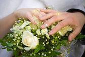Bröllop bukett och händerna på cuple — Stockfoto