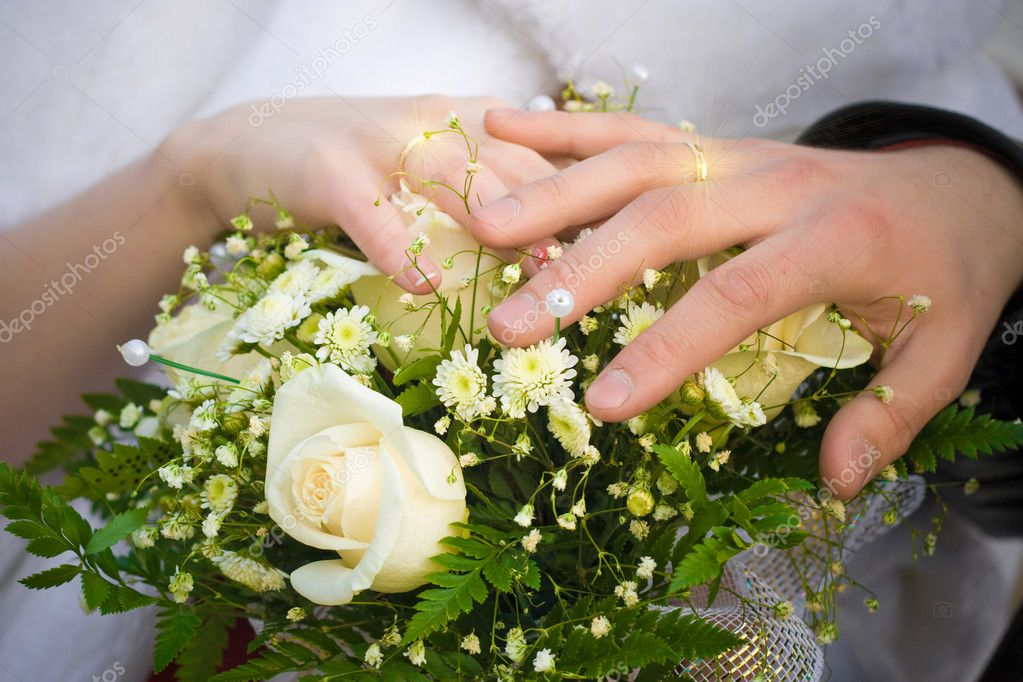 Wedding bouquet and hands of cuple with shining rings — Stock Photo #3338283