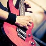 gitarr i man händer — Stockfoto