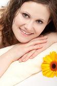 タオルの上に敷設笑顔の女性 — ストック写真