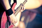 Czerwony gitara gra — Zdjęcie stockowe