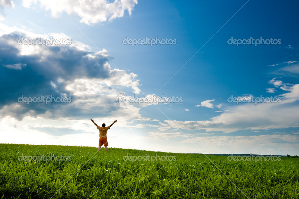 Man standing on field — Stockfoto #3482476