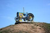 Gamla traktor på en piedestal — Stockfoto