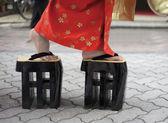 Mujer en kimono y zori — Foto de Stock