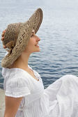 Happy young girl in the bonnet — Stockfoto