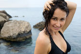 Close-up van het jonge meisje met natte haren in de buurt van de zee — Stockfoto