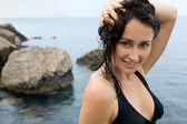 Primo piano della ragazza giovane con i capelli bagnati, vicino al mare — Foto Stock