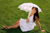 Bela jovem com os olhos fechados na grama — Foto Stock