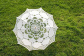 Beautiful sun umbrella on the green lawn — Foto Stock