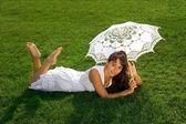 Güzel bayan çimlere rahatlatıcı — Stok fotoğraf