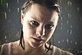雨の下で若い大人の女の子 — ストック写真