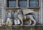 The Venetian lion and Doge on a cathedral building on San Marco — Stock Photo