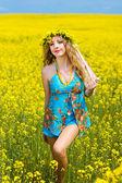 Muy sonriente mujer relajarse al aire libre — Foto de Stock