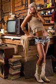 Frau in garage — Stockfoto
