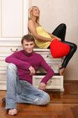 Mladý atraktivní pár s úsměvem — Stock fotografie
