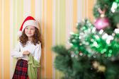 Chica buscando regalo — Foto de Stock