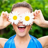 Woman with chamomile — Stock Photo