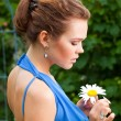 Lady with camomile — Stock Photo
