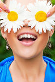Positive portrait with camomile — Stockfoto