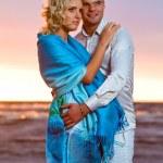 atrakcyjna para na zachodzie słońca — Zdjęcie stockowe