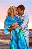 Beau couple au coucher du soleil — Photo
