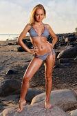 Vacker ung kvinna på stranden — Stockfoto