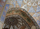 Persian ornamentation on arch and ceiling — Stock Photo