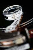 Abrir o disco rígido em um fundo preto — Fotografia Stock