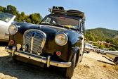 Antieke auto met bagage op het dak — Stockfoto