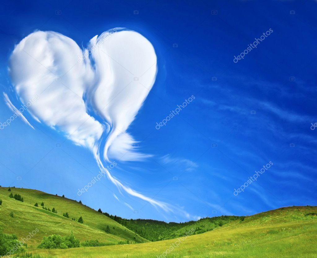 Prato verde e l 39 azzurro del cielo con il cuore a forma di for Prato verde