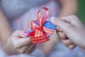 Credit card with a bow in a gift to the young woman. Small depth — Stock Photo