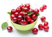 Bowl with ripe cherries. — Stock Photo