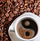 Foam in a cup of coffee as a symbol of yin yang — Stock Photo
