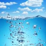subida de burbujas de aire desde el fondo del océano a la superficie — Foto de Stock