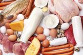 świeże mięso i produkty mleczne. — Zdjęcie stockowe