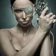 Портрет молодой женщины черные волосы с револьвер, выстрелил студия — Стоковое фото