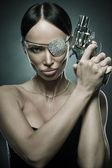 Ritratto di giovane donna capelli neri con revolver, studio colpo — Foto Stock
