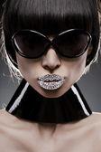 Retrato de jovem mulher de cabelo preto com um óculos de sol de final make-up original, s — Foto Stock