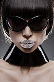 Retrato de mujer joven de pelo negro con una gafas de sol extremo maquillaje original, s — Foto de Stock